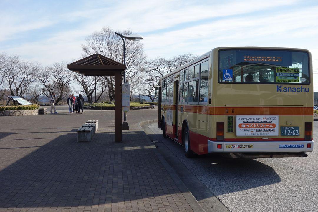 大倉バス停に停まるバス