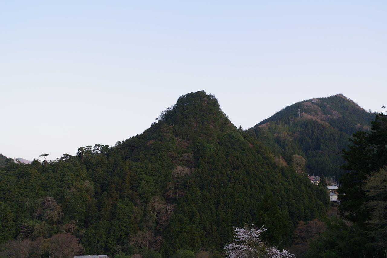 氷川集落から見た愛宕山