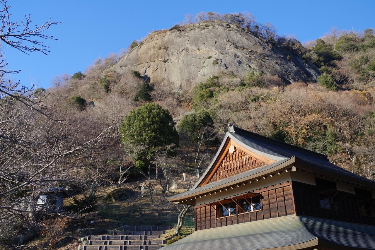 岩殿山丸山公園から見上げた岩殿山山頂
