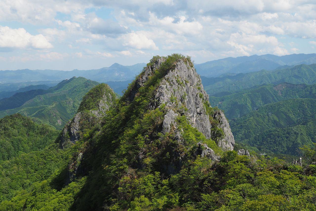 尾根上から見た二子山の西峰と東峰