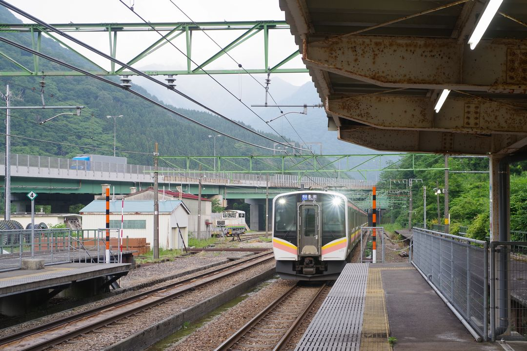 土樽駅に入線する長岡行きの普通列車