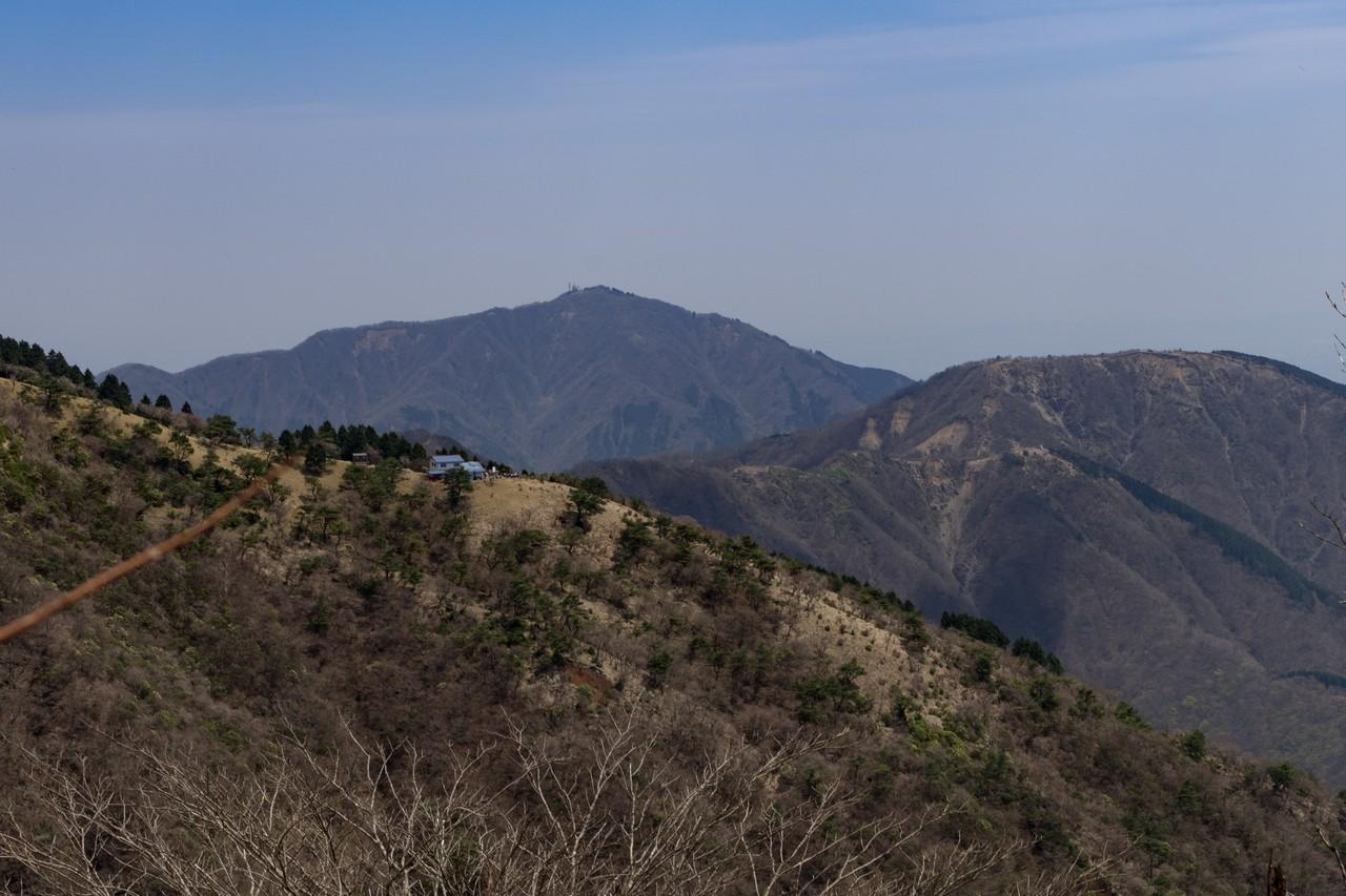 鍋割山陵から見た花立山荘