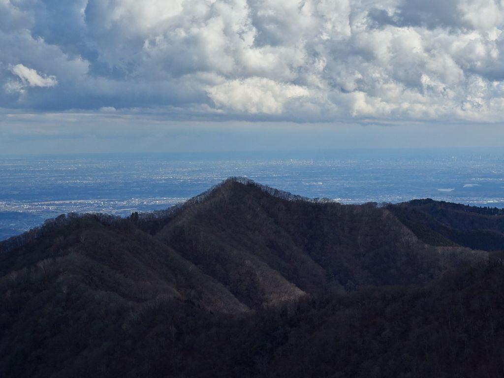 天目山から見た蕎麦粒山