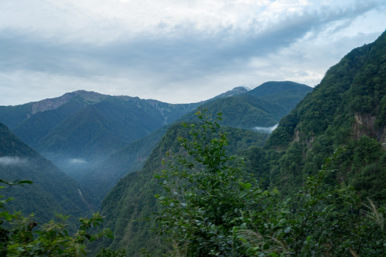 夜叉神トンネル付近から見た間ノ岳