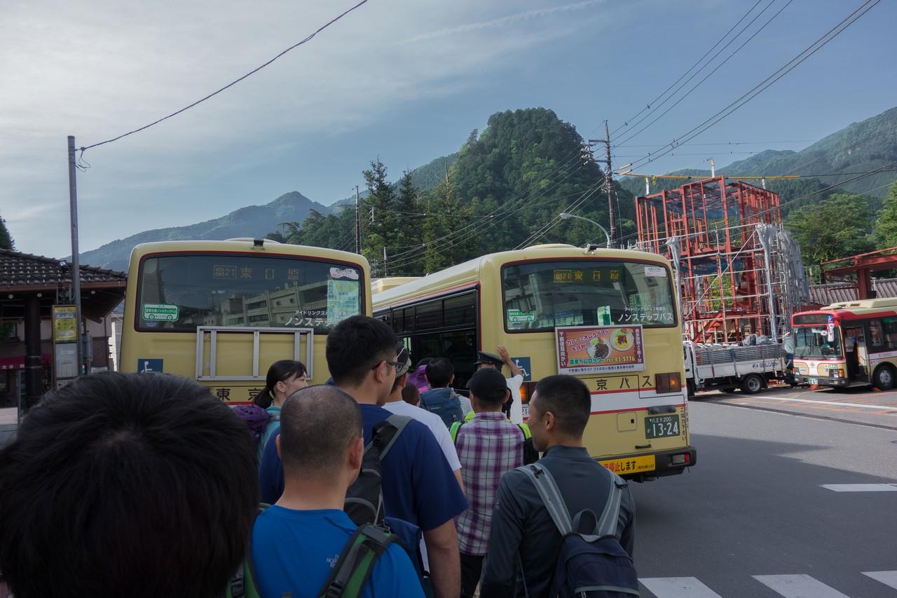 奥多摩駅前に停車する東日原行きバス