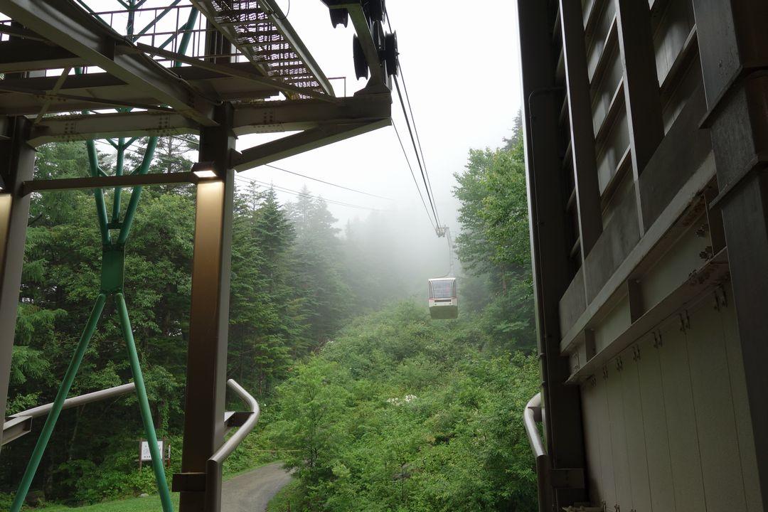 霧に覆われた駒ケ岳ロープウェイ