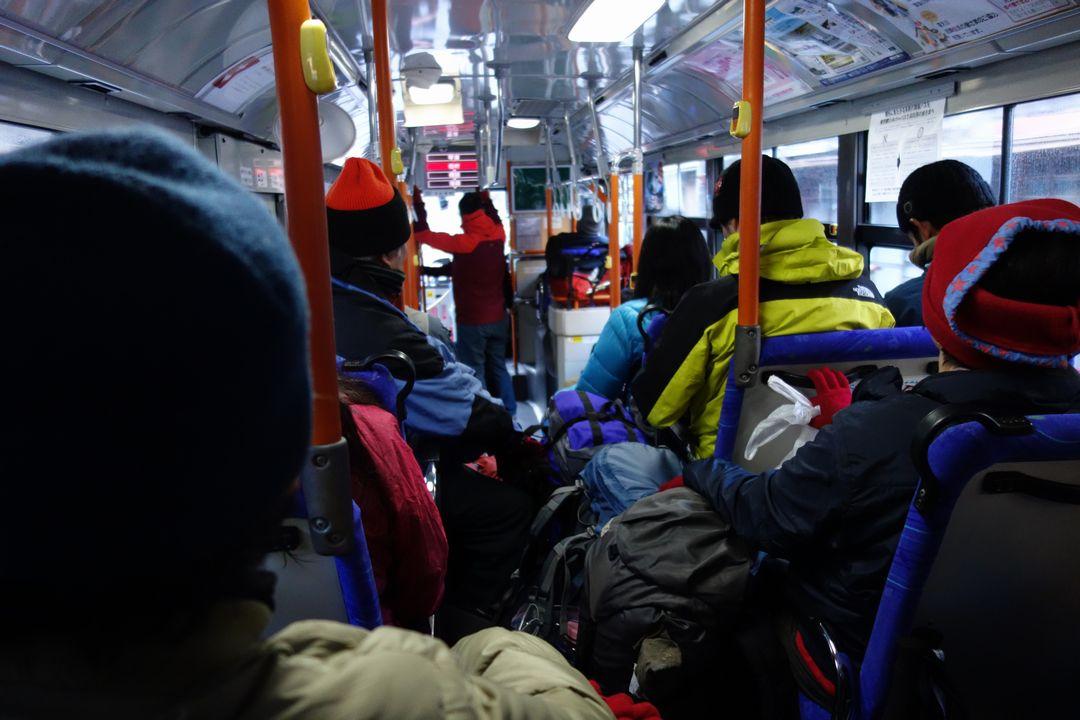 登山者を満載したバス車内
