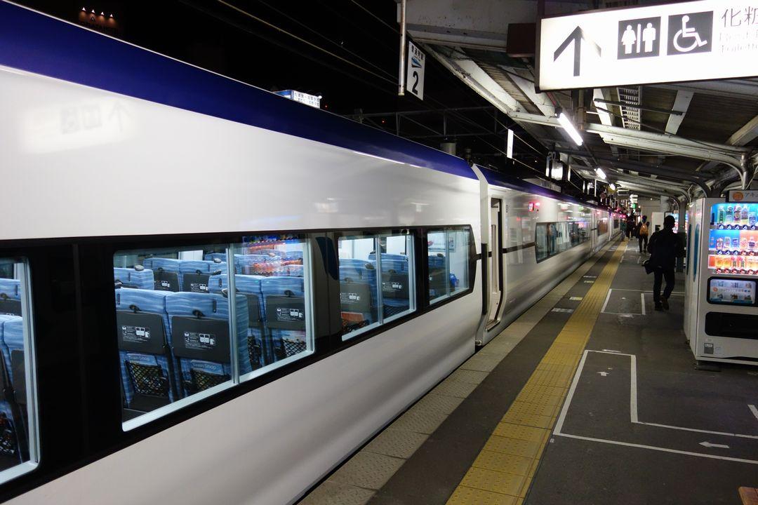 松本駅ホームに停まるスーパーあずさ