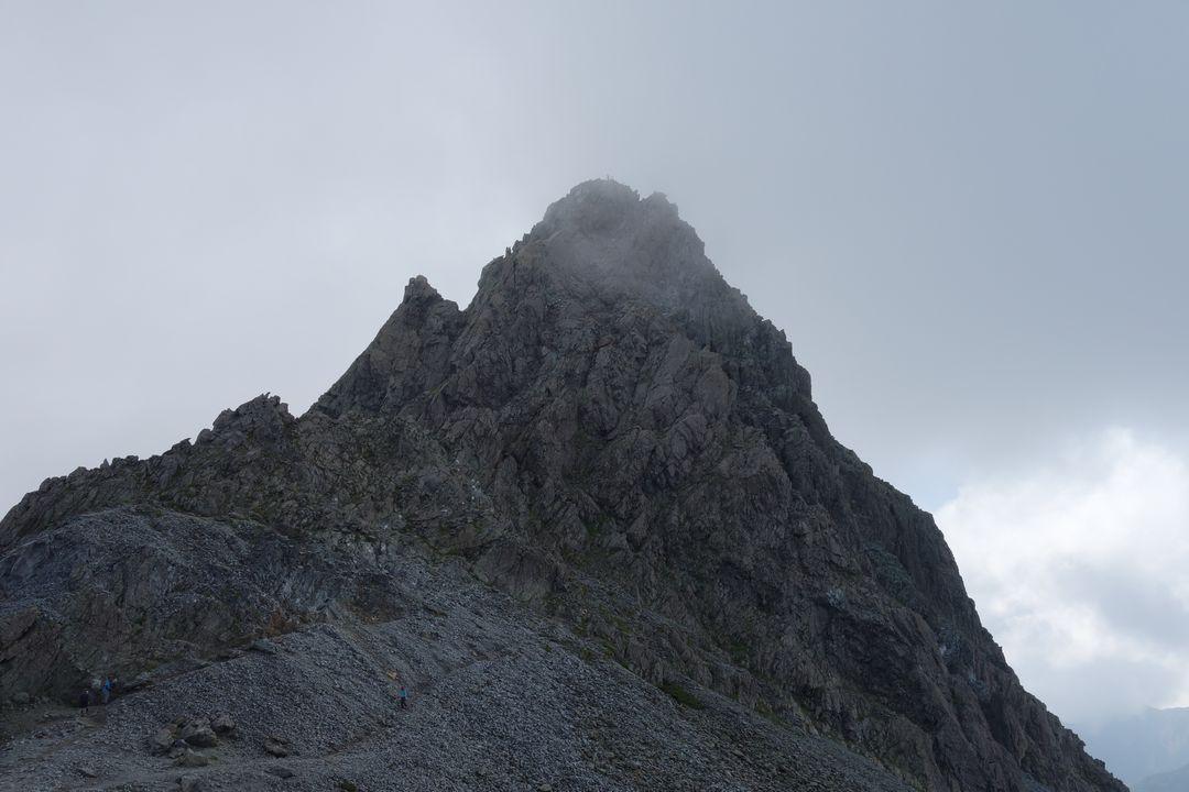 槍ヶ岳山荘前から見た穂先