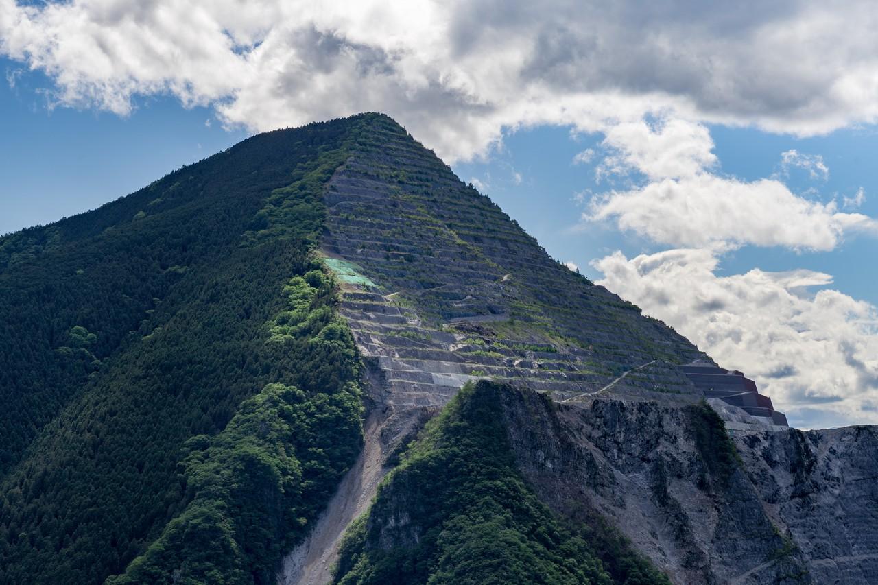 焼山から見た武甲山の採石場