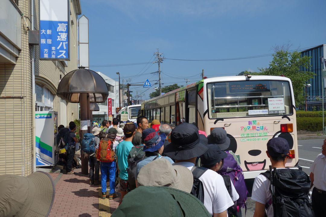 茅野駅のバスターミナルに停車する北八ヶ岳ロープウェイ行きのバス