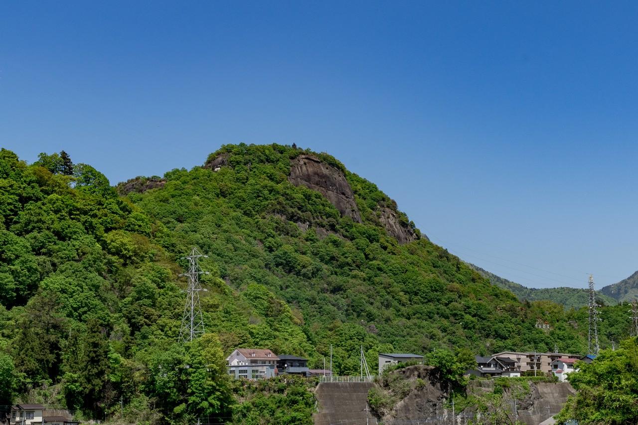 大月市内から見た岩殿山