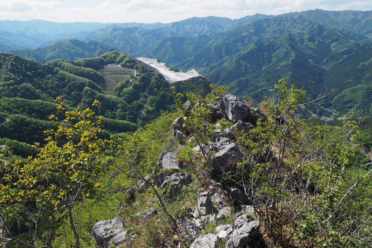 二子山 岩尾根から見た叶山