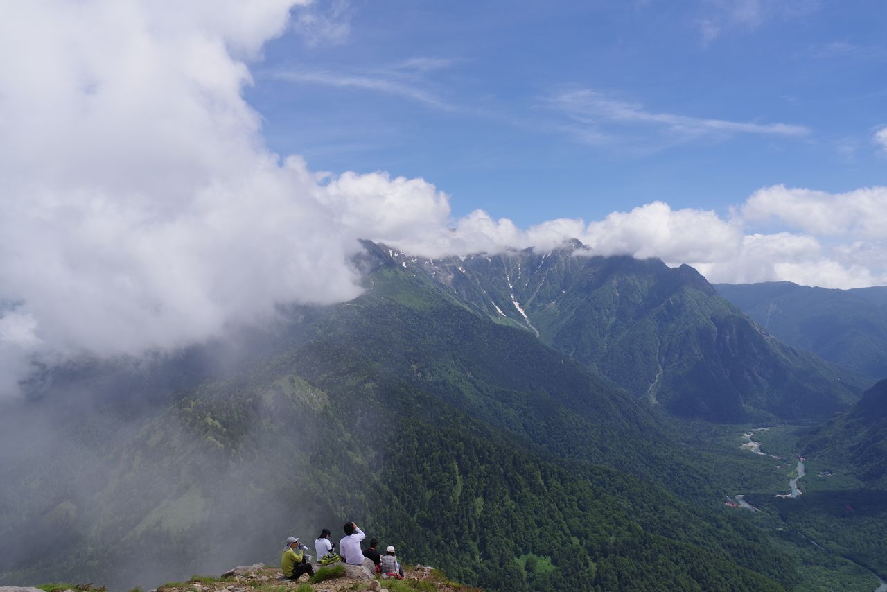 焼岳山頂から見た、ガスに覆われた穂高連峰