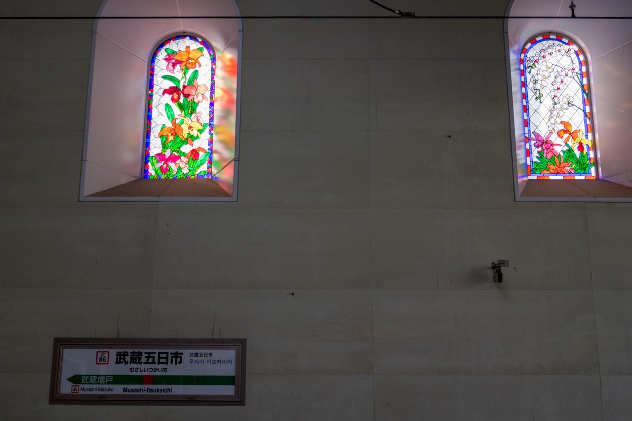 武蔵五日市駅のホームの窓