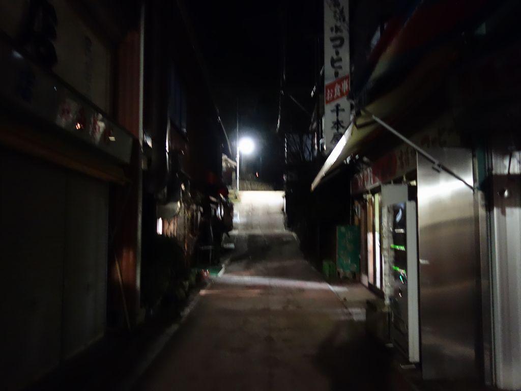 シャッターの下りた御岳山宿坊街の土産物店