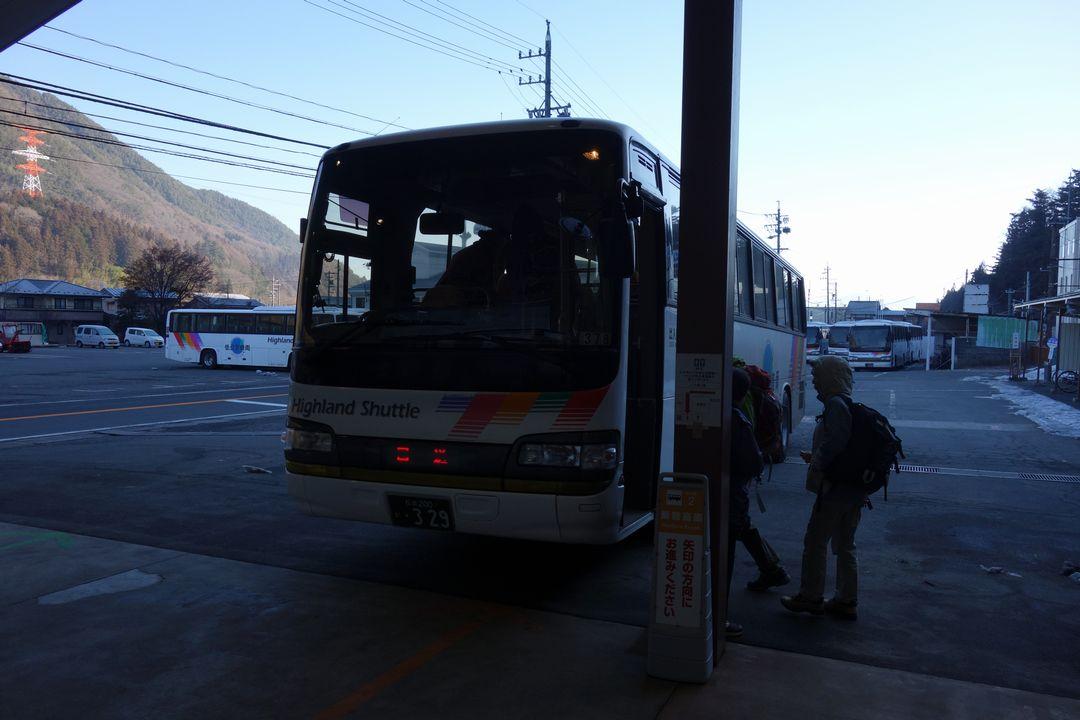 新島々駅に停車する乗鞍高原行きのバス