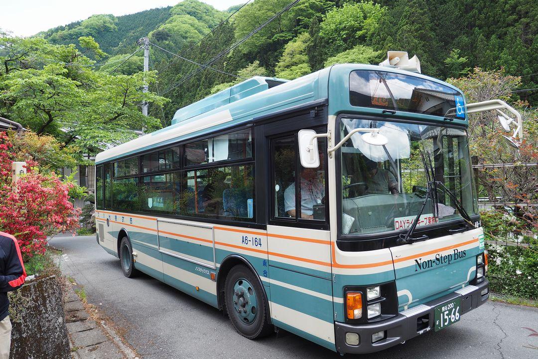坂本の二子山登山口に停車するバス