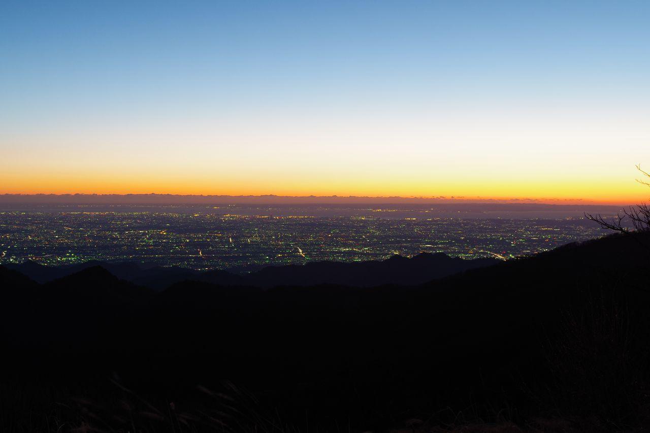 蛭ヶ岳山頂から見た朝焼けの都心部