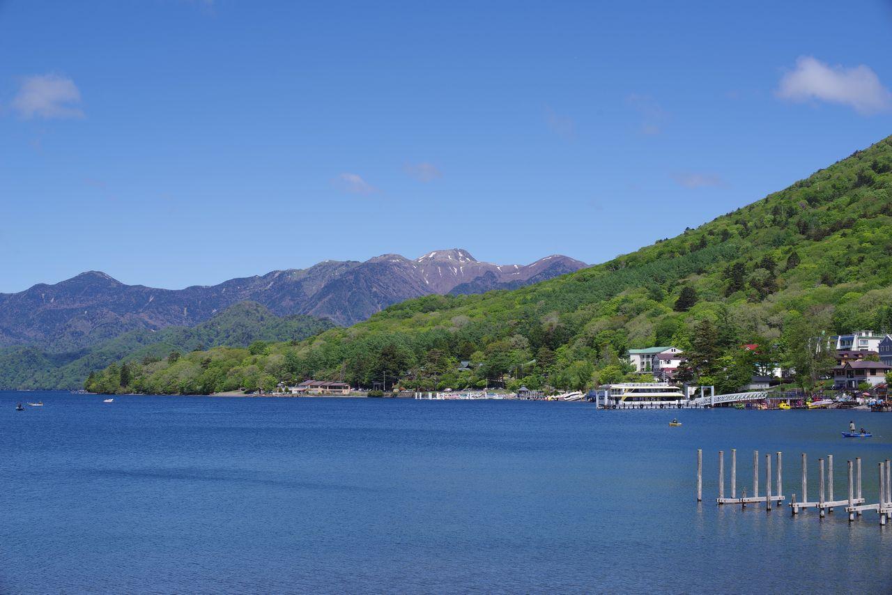 中禅寺湖畔から見た日光白根山