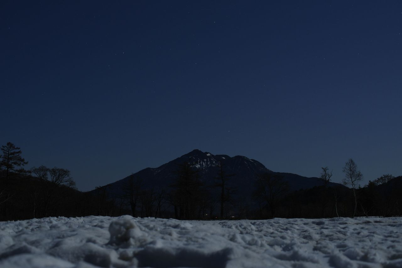 燧ヶ岳と星空