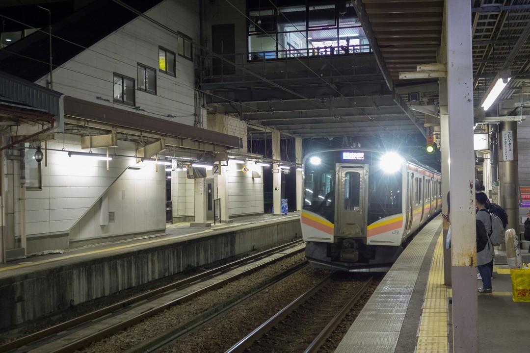 六日町駅のホームに入線する上越線