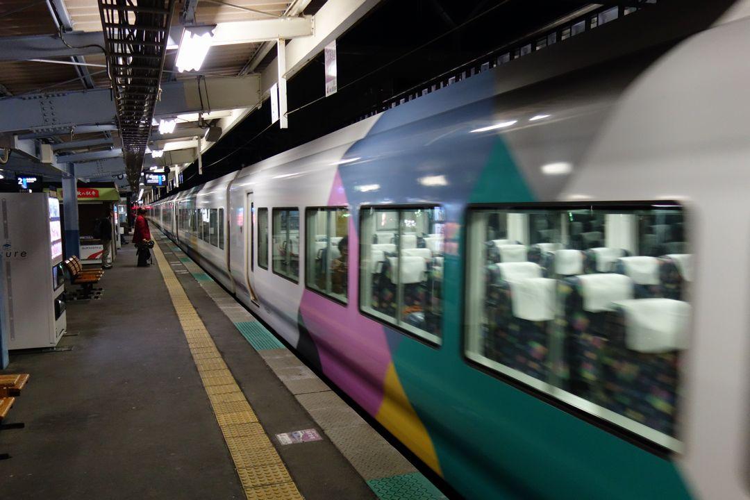 茅野駅に入線する特急あずさ