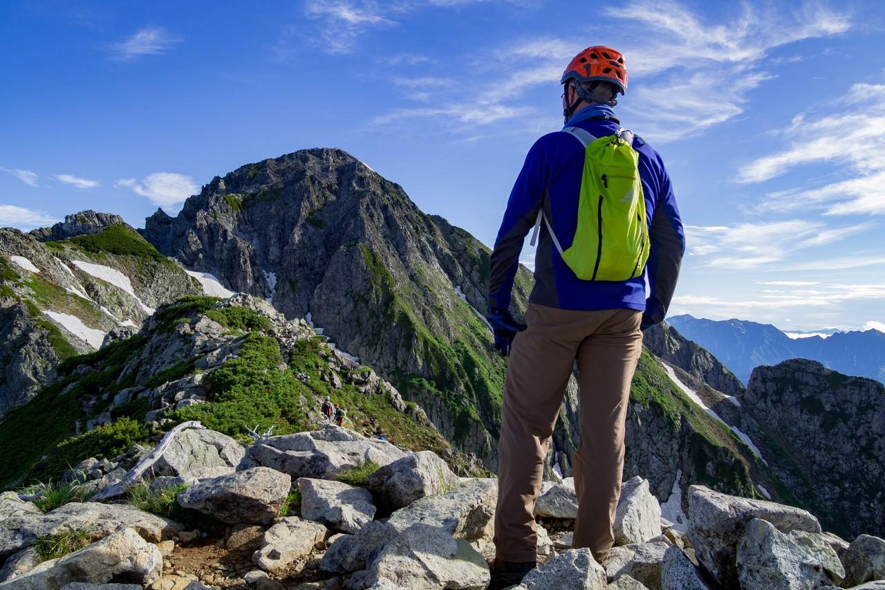 前剱から剱岳を見つめる登山者