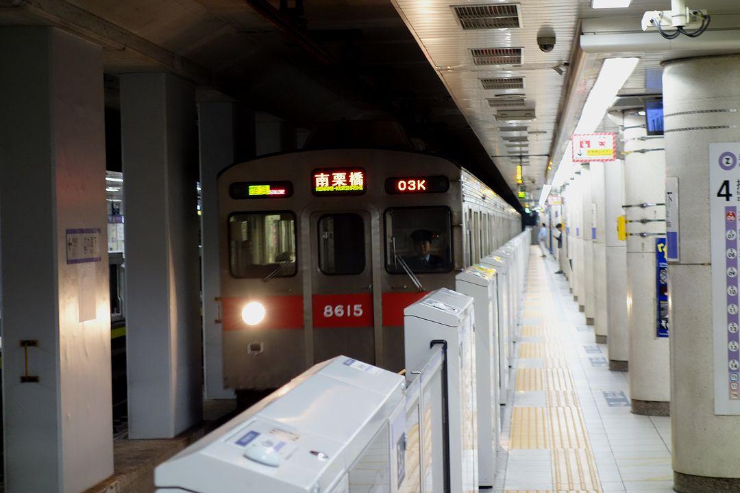 九段下駅のホームに入線する東武線車両