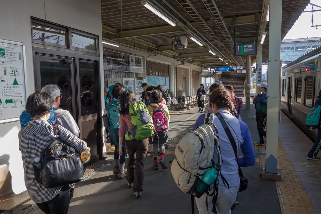 二本松駅のホームを歩く登山者
