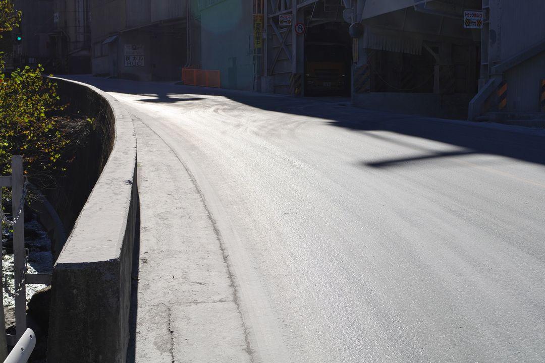 武甲山のセメント工場近くの路面