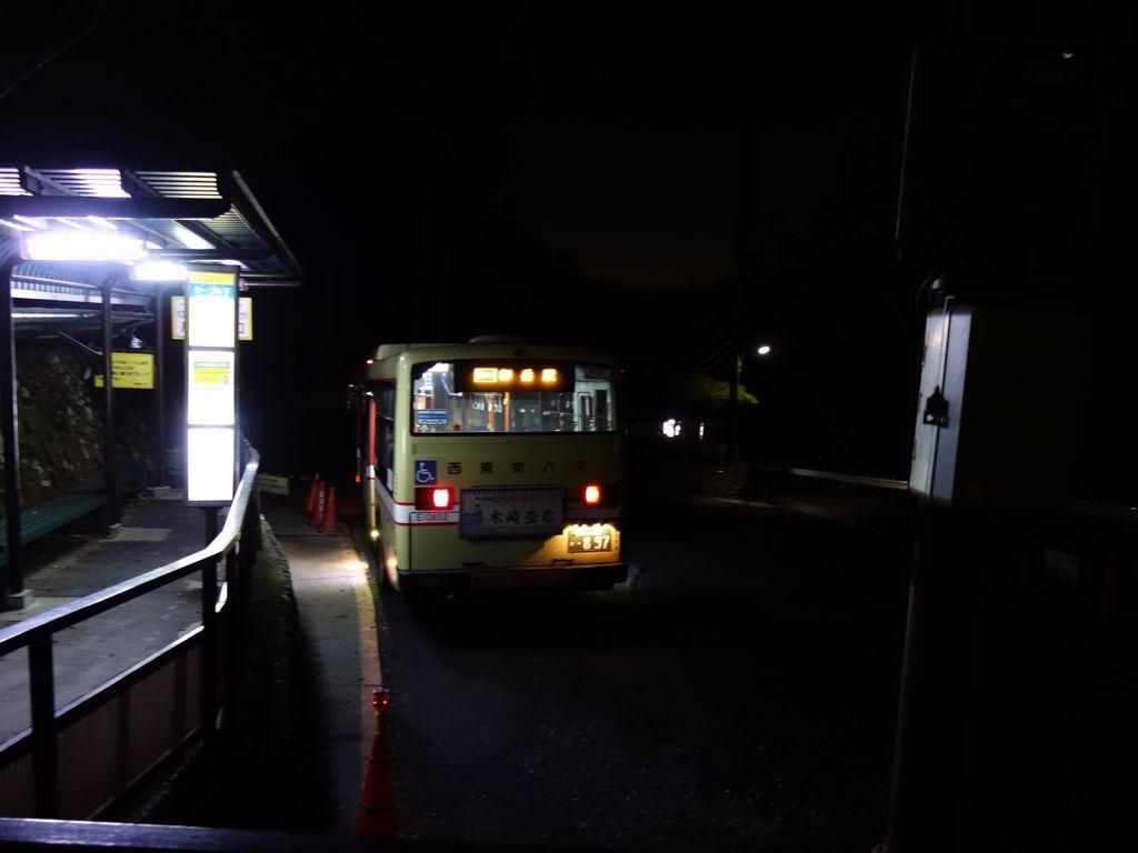 御岳山ケーブルカー駅に停車する御嶽駅行きのバス