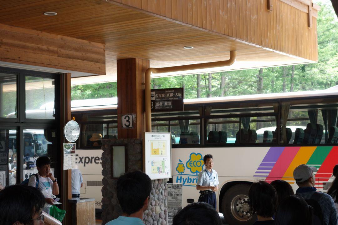 上高地バスターミナルに停車する新島々行きのバス