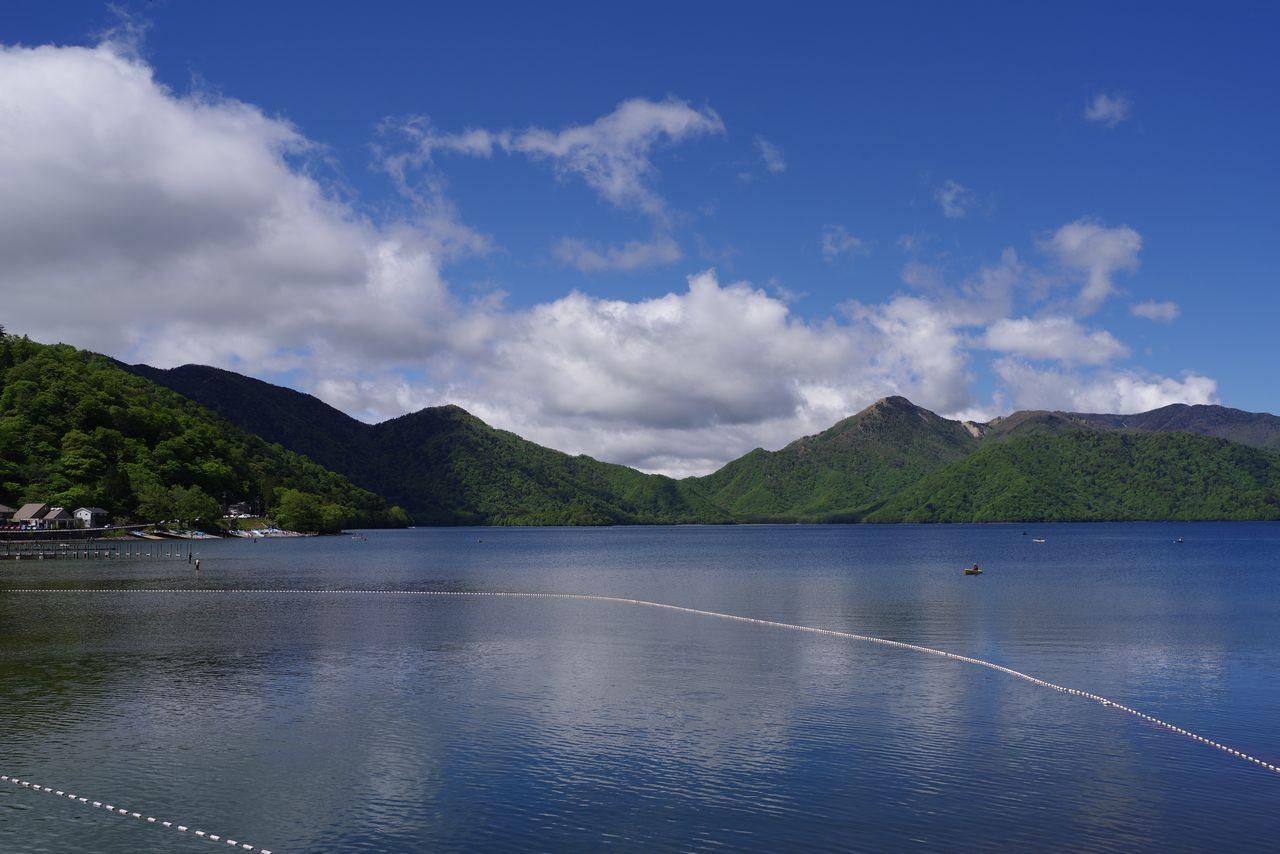 中禅寺湖畔から見た半月山と社山