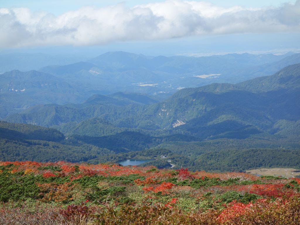 栗駒山から見た須川湖