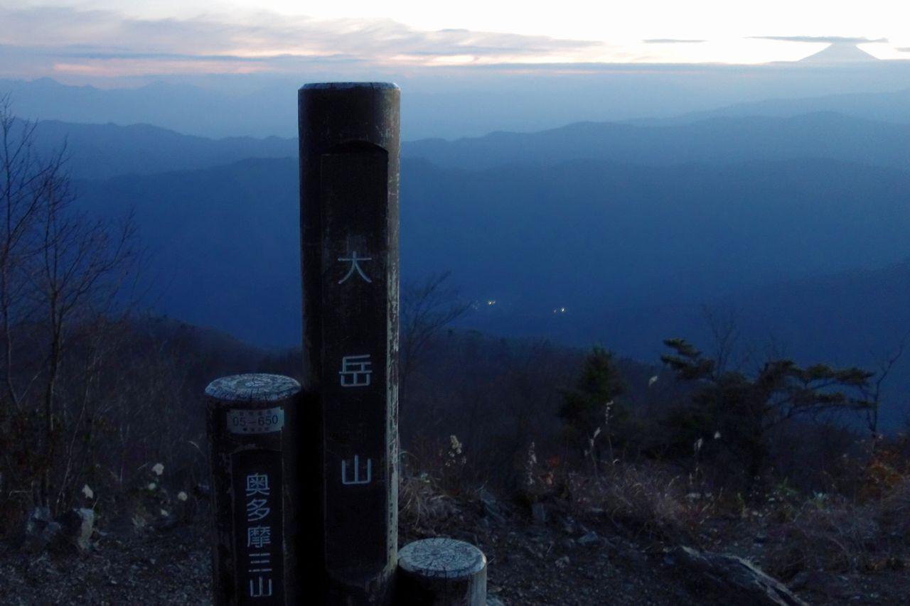 大岳山の山頂から見た黄昏時の富士山
