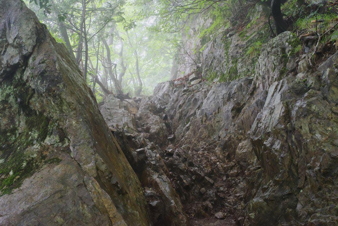 大岳山 山頂直下の岩場