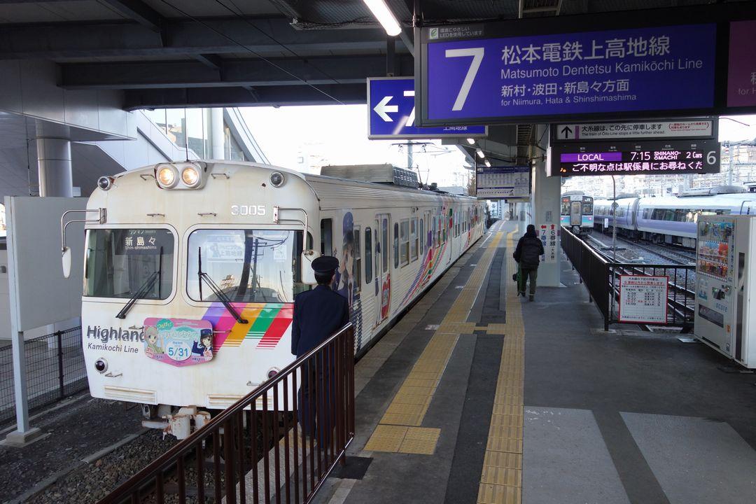 松本駅ホームに停車する新島々行きの電車