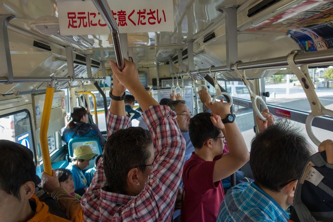 満員の奥岳行きシャトルバス車内