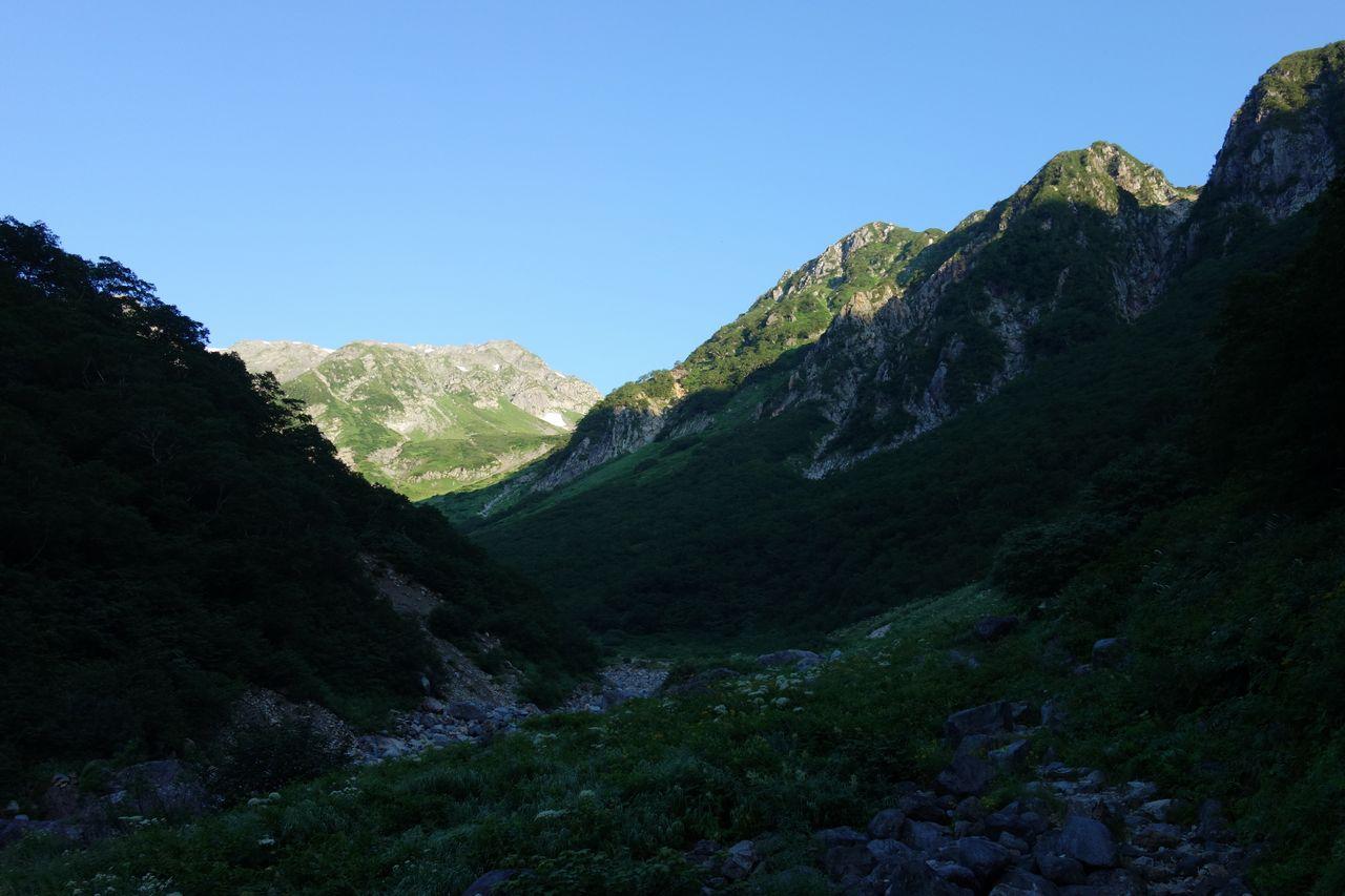 槍沢コース 大曲上部の登山道風景