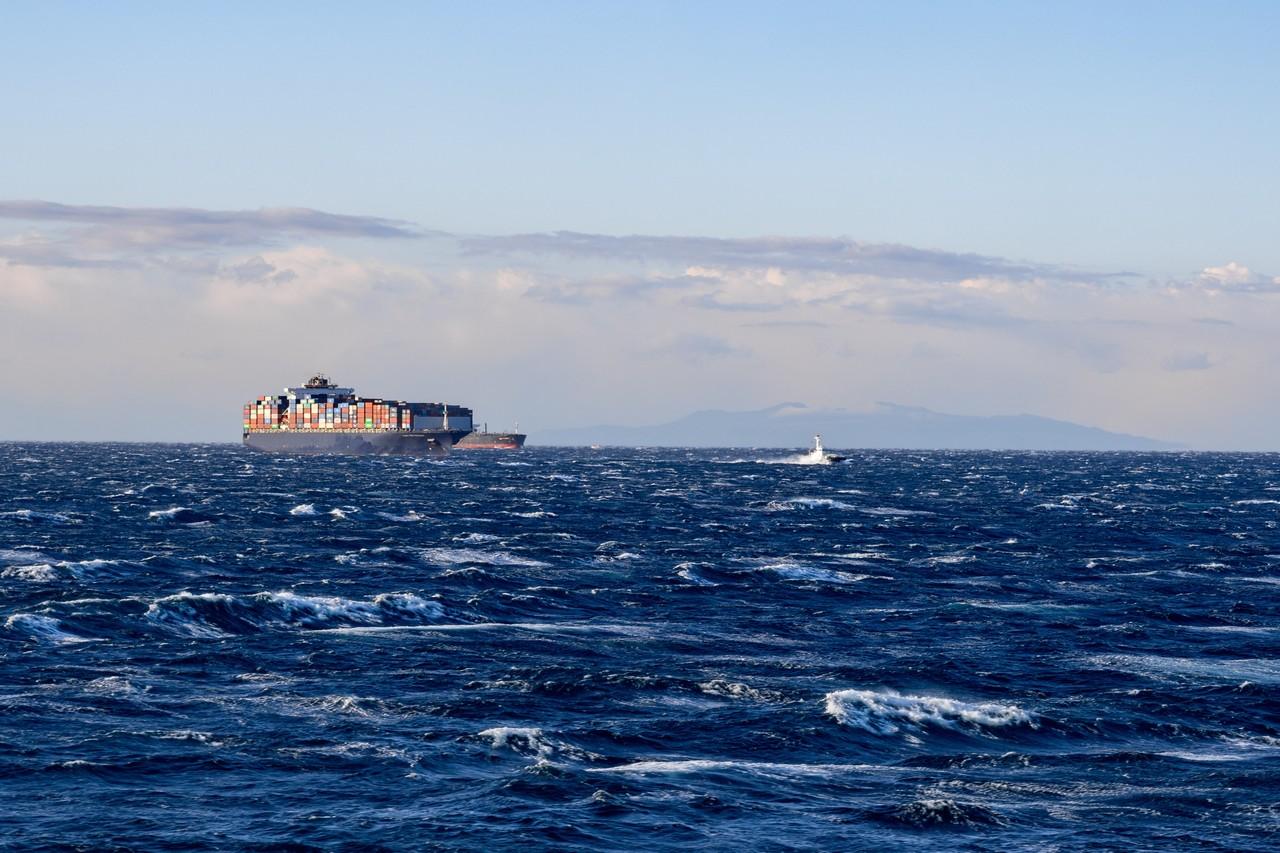 東京湾を航行するコンテナ船