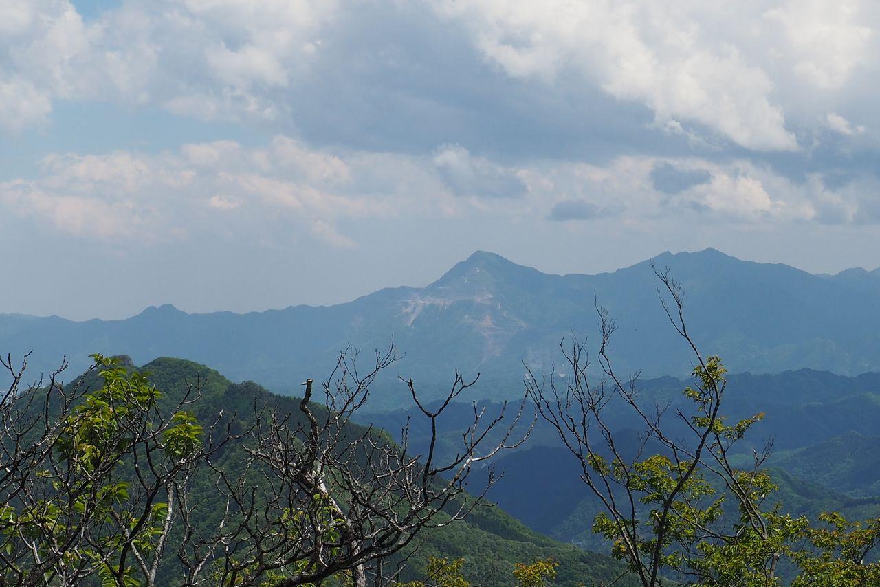 二子山 東岳から見た武甲山