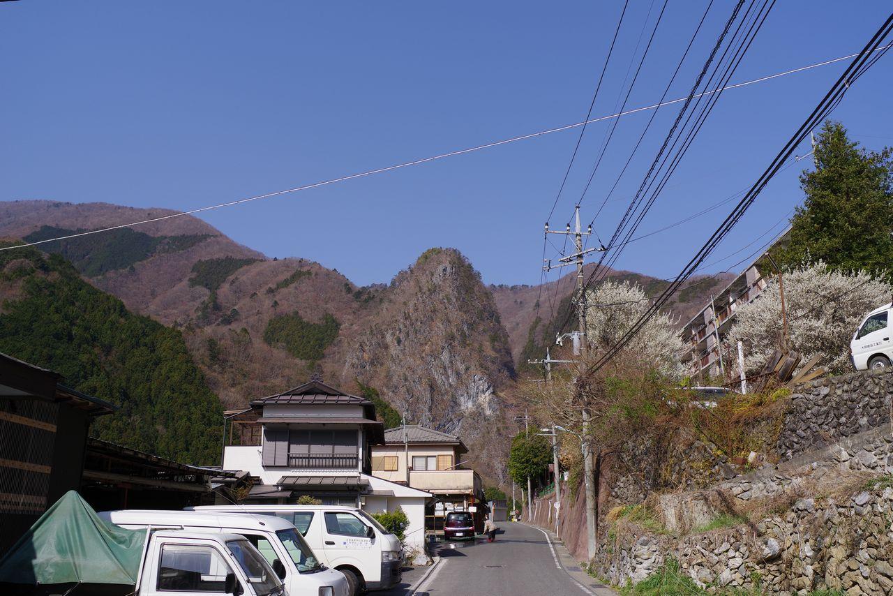日原集落から見上げた稲村岩