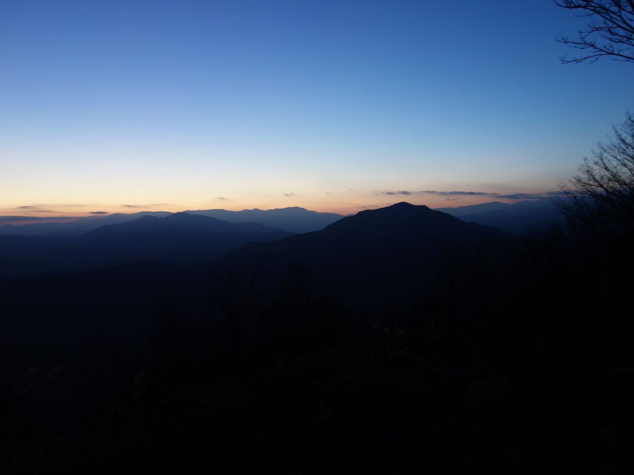 大岳山から見た黄昏時の三頭山と御前山