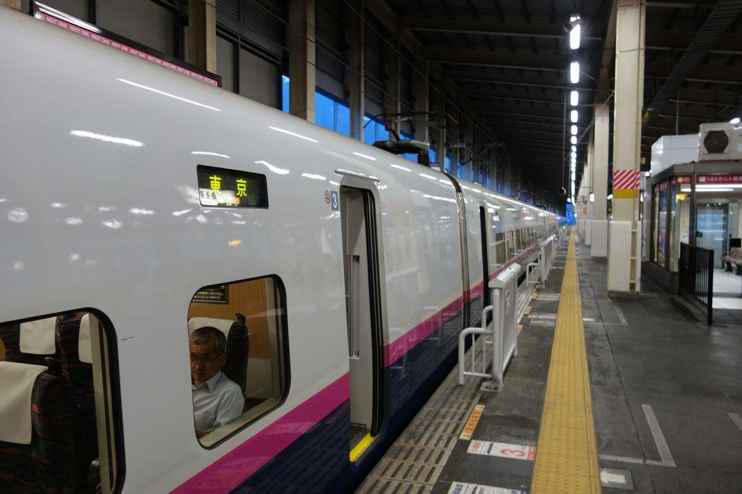 越後湯沢駅に停車する東京行きの新幹線