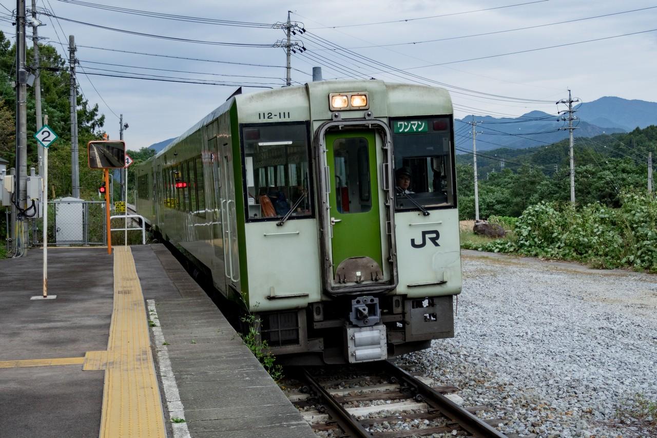 松原湖駅に入線する小海線