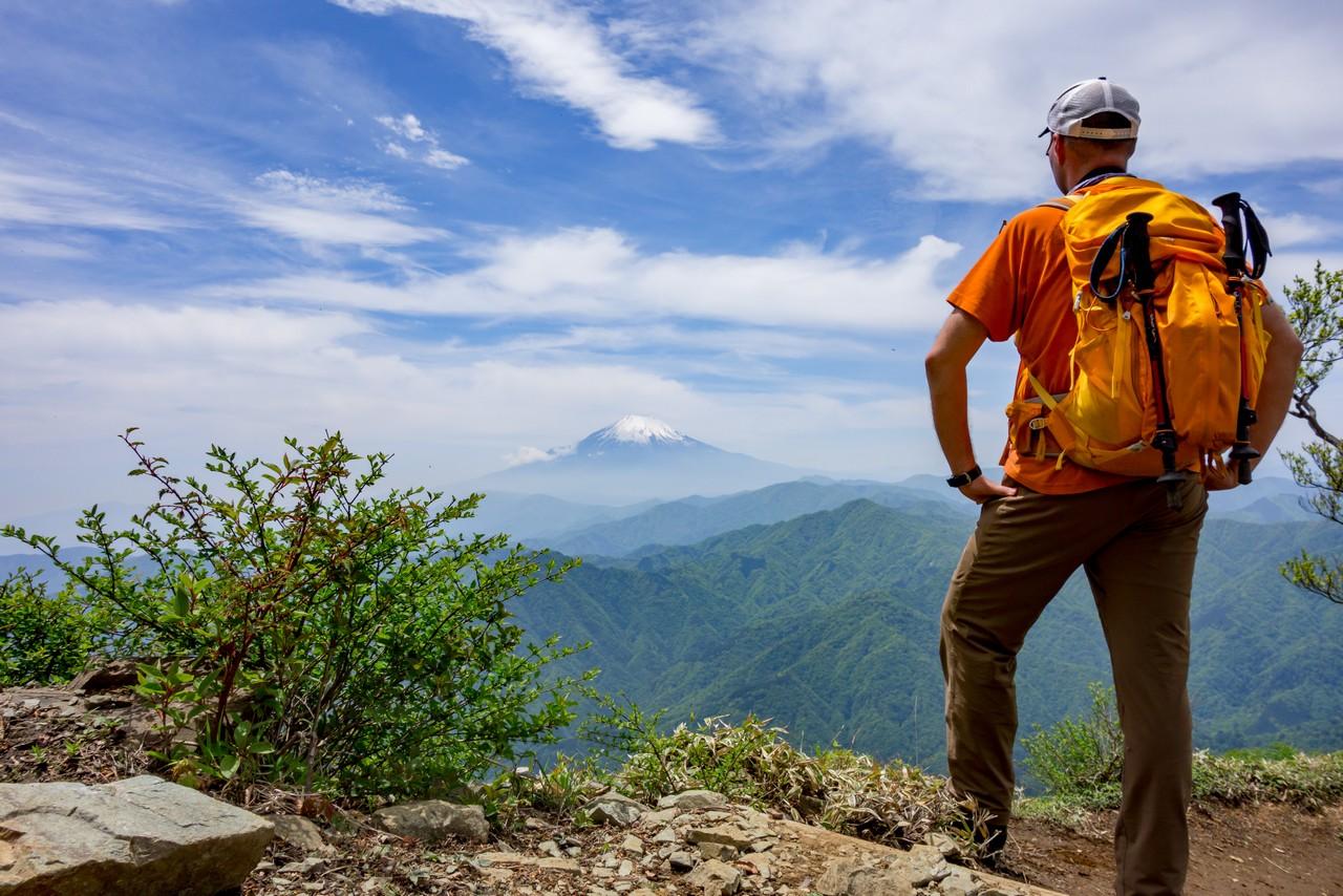 犬越路コースから富士山を眺める登山者