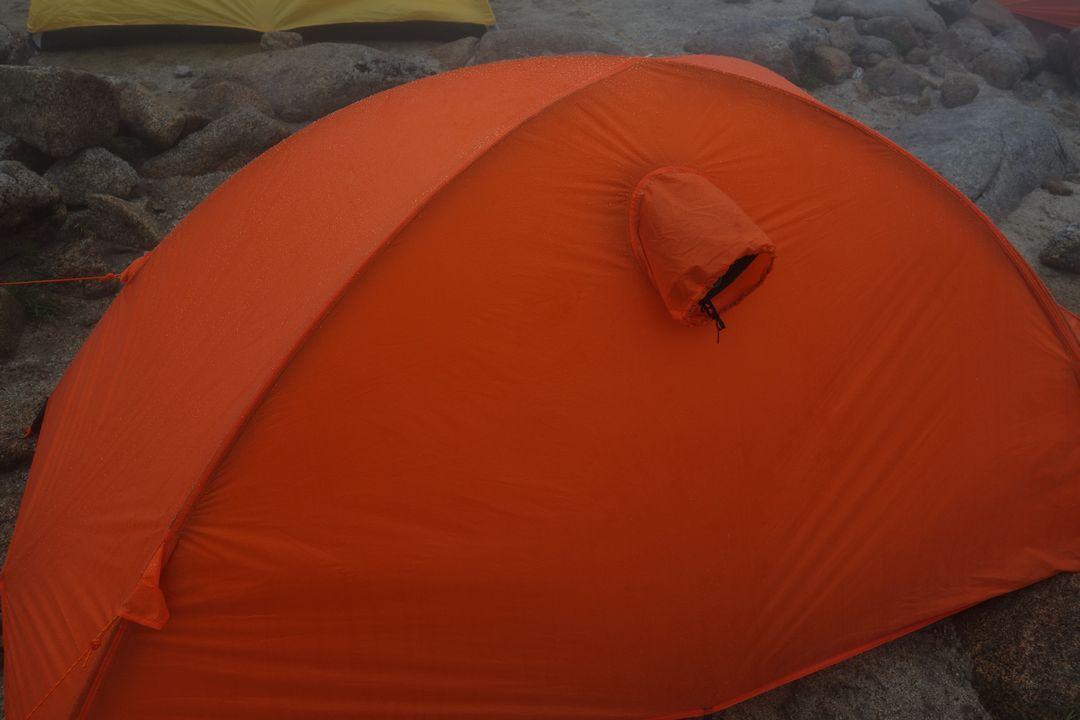 雨の中でのテント設営