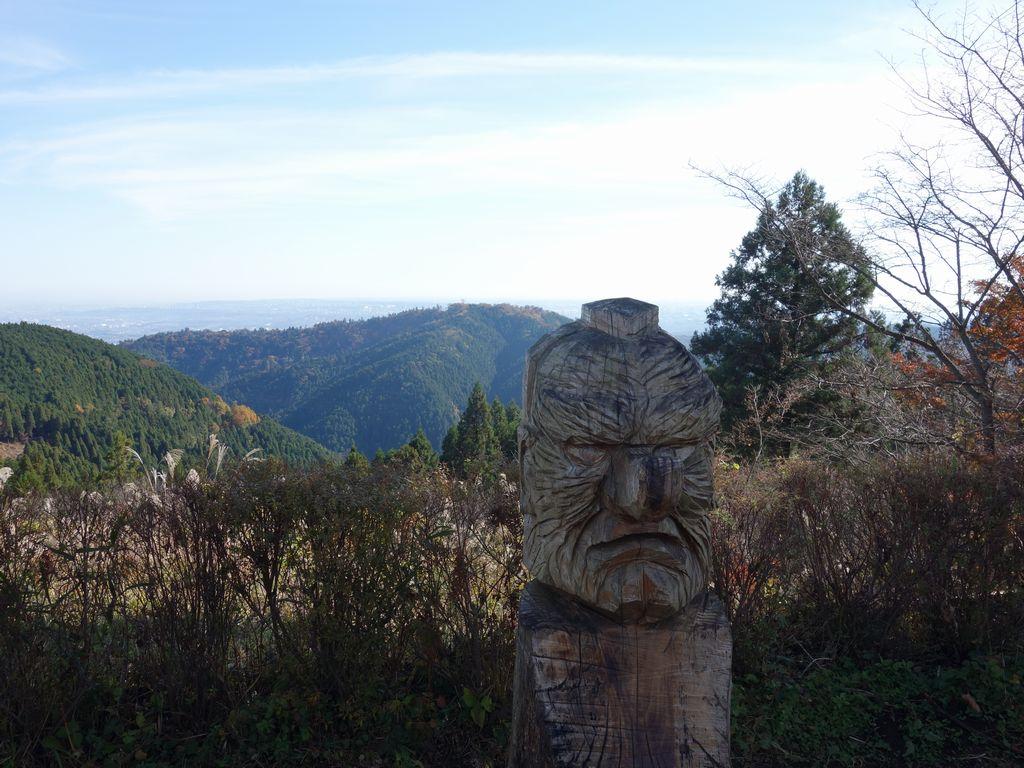 城山山頂の木彫りの天狗