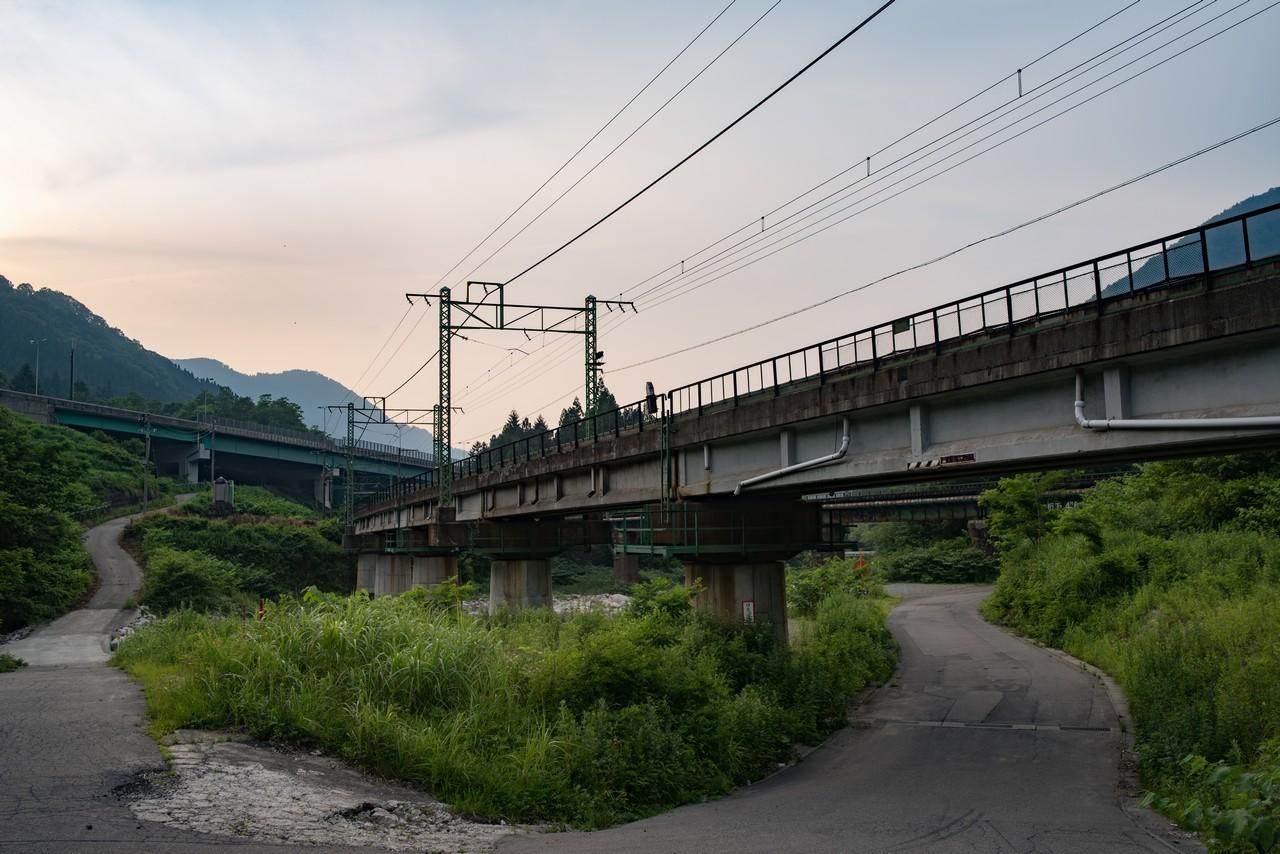 土樽駅付近の上越線ガード